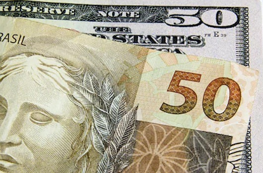 como converter dólar em real